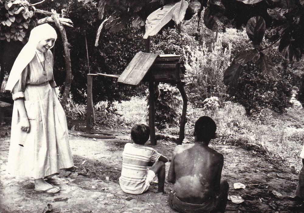 Grajaù Piccoli malati del Lebbrosario con sr. Teresa (1979)