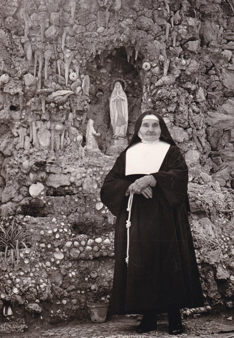 1. Sr. Coletta accanto alla grotta di Lourdes di Loano