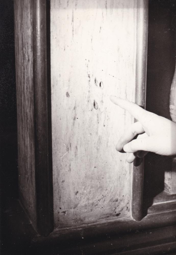 I fori delle armi da fuoco sullo stipite della porta (part.)