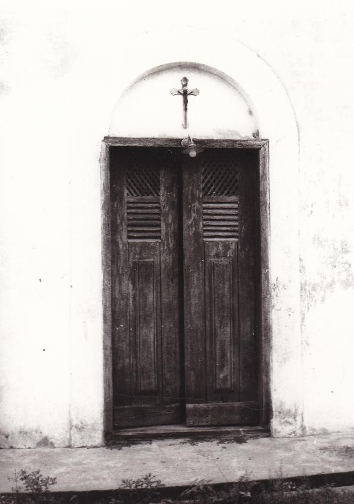 Porta della chiesetta da cui irruppero gli indi