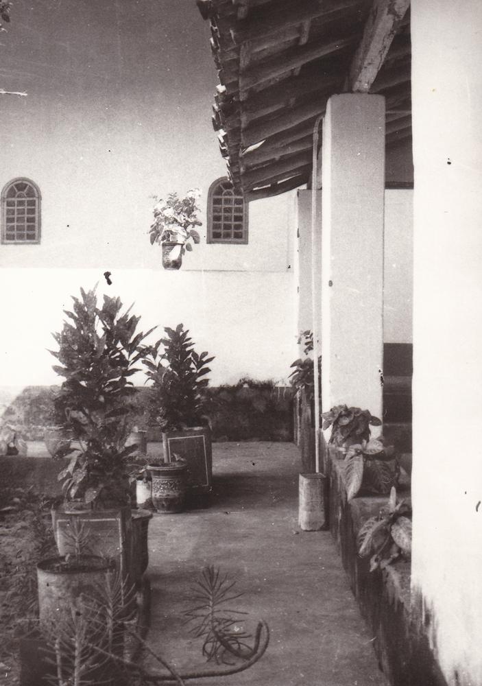 Casa delle Suore (part.) il cortile e le finestrelle della Chiesa