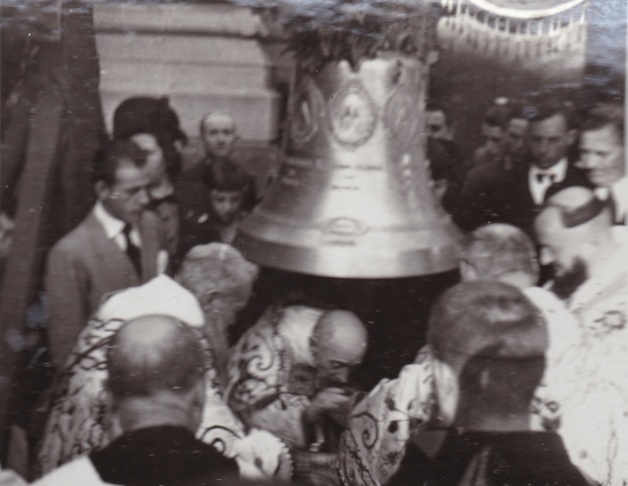 Milano, 5 aprile 1940: il Card. Ildefonso Schuster, arcivescovo di Milano, consacra le campane