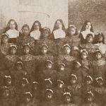 Gruppo delle Sorelle martiri con le bambine interne del collegio
