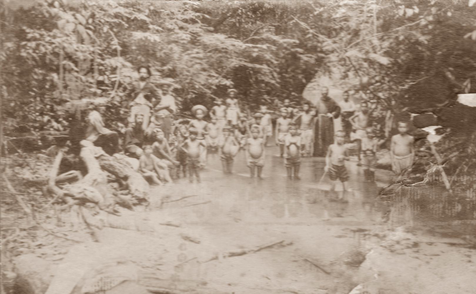 Gruppo di piccoli indi dell'Ospizio di Barra do Corda che pescano nel Rio Barra