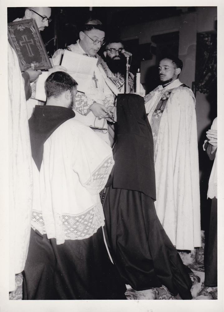 2 agosto 1964 P. Angelico da Santiago, Segretario generale Missioni Cappuccini consegna il Crocifisso